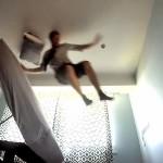 朝になるとスヤスヤ寝ている人をベッドから放り投げてたたき起こしてくれるマシーン!
