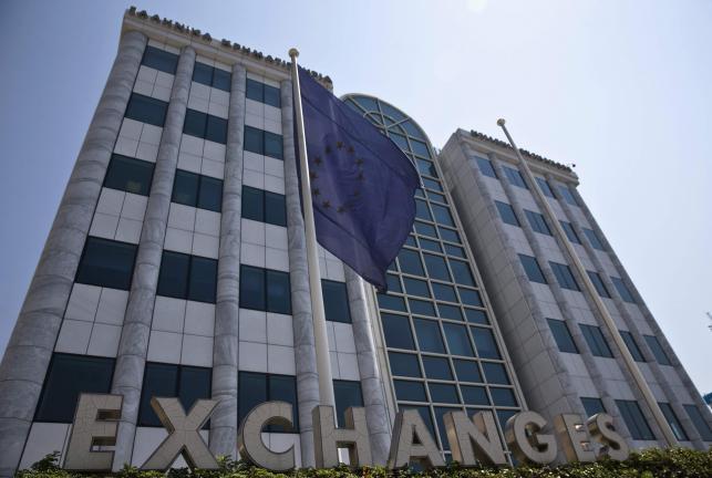 8月3日、5週間にわたる休場を経て取引が再開されたギリシャの株式市場で、主要株価指数が大幅に下落している。序盤時点で主要株価指数は約23%下落。写真は、アテネ証券取引所、27日撮影(2015年 ロイター/Ronen Zvulun)