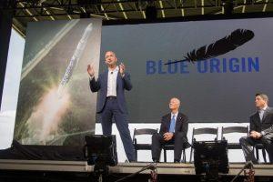9月12日、米アマゾン・ドット・コムの創業者ジェフ・ベゾス氏(左)は、同氏が設立した宇宙企業ブルー・オリジンが再利用可能な重量物打ち上げロケットを開発すると発表した。昨年9月撮影。提供写真(2016年 ロイター)